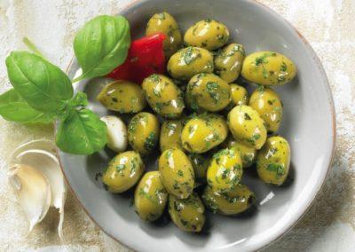 Grüne Oliven Basilikum